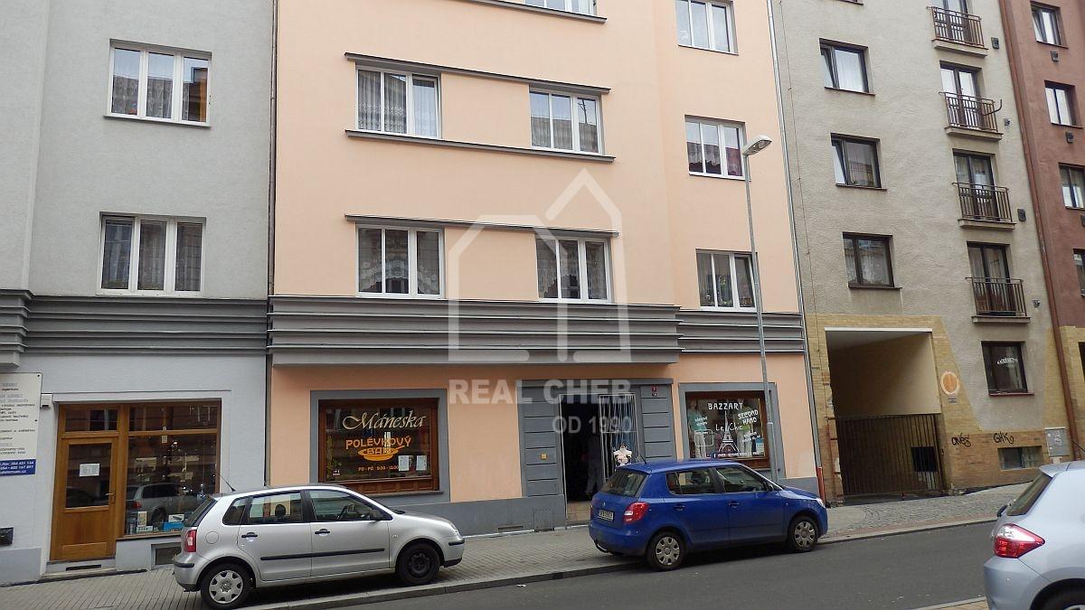 Dlouhodobý pronájem suterénního bytu2+kk vcentruChebu, Mánesověul.