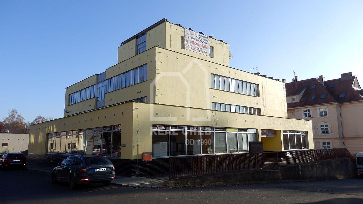Administrativní budova vcentru Mariánských Lázní, Příčnéul.