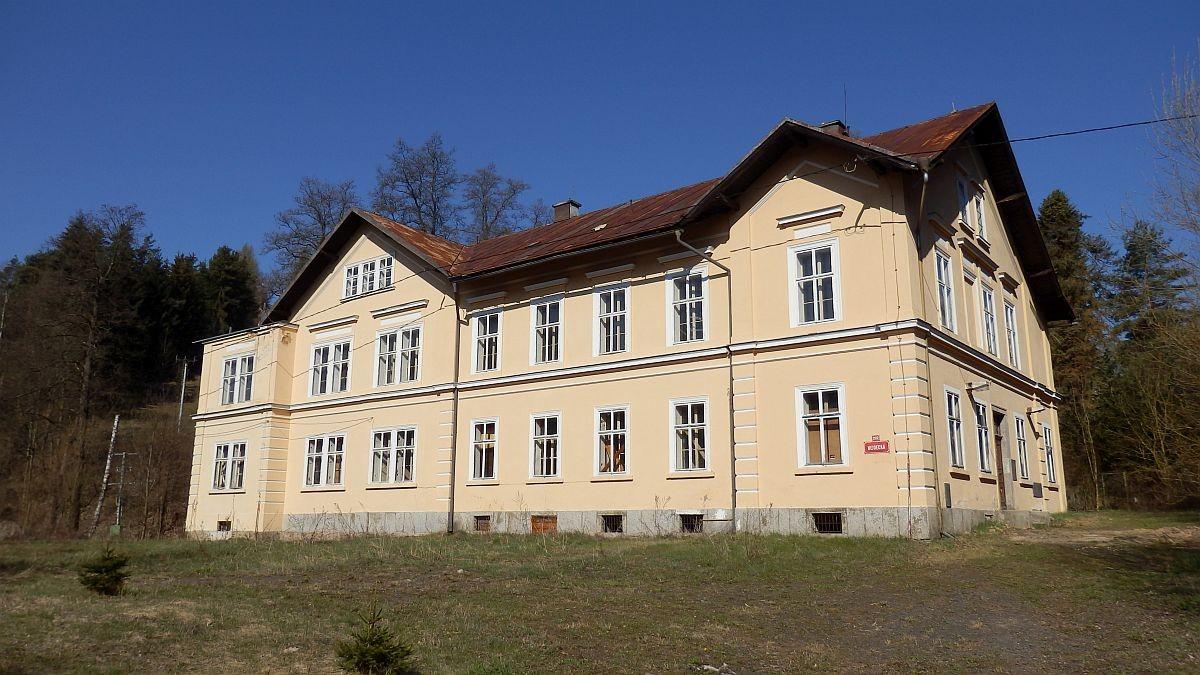 Administrativní budova svelkým pozemkem vRotavě, Nejdeckéul.