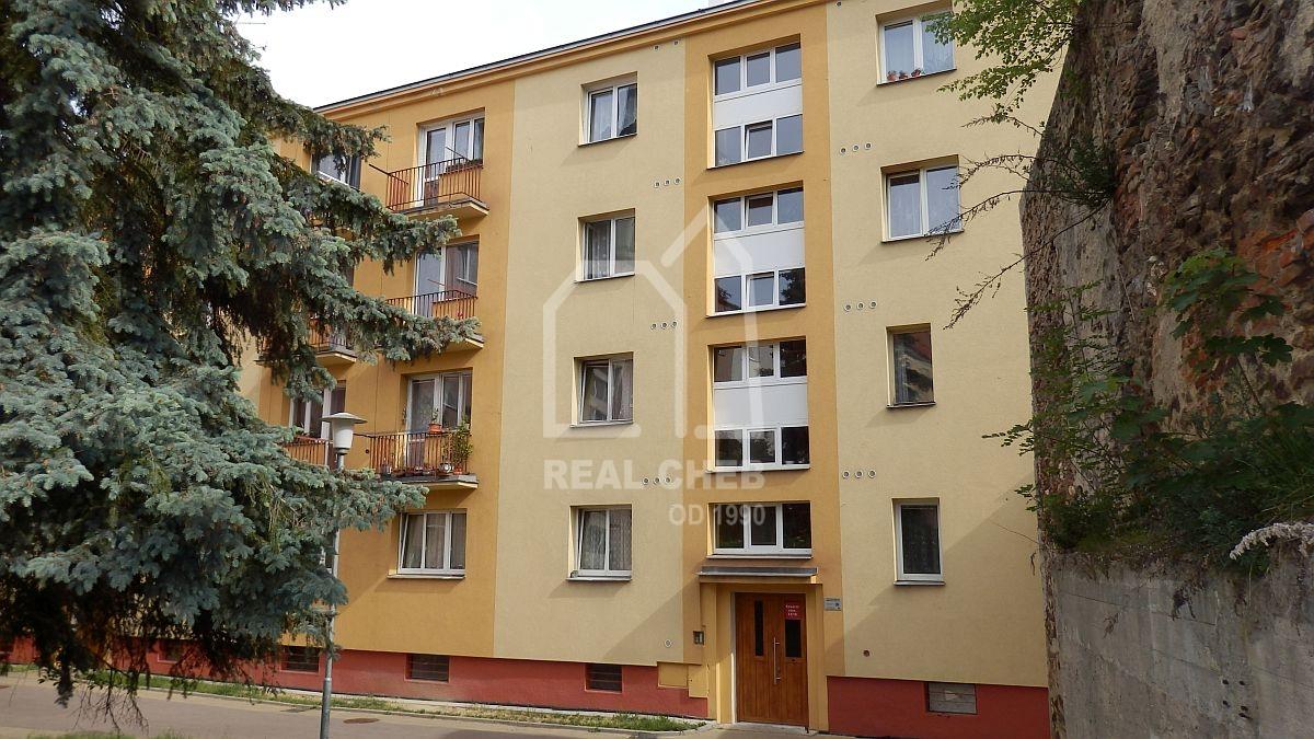 Pronájem nově opraveného bytu1+1vcentruChebu, Kasárnínám.