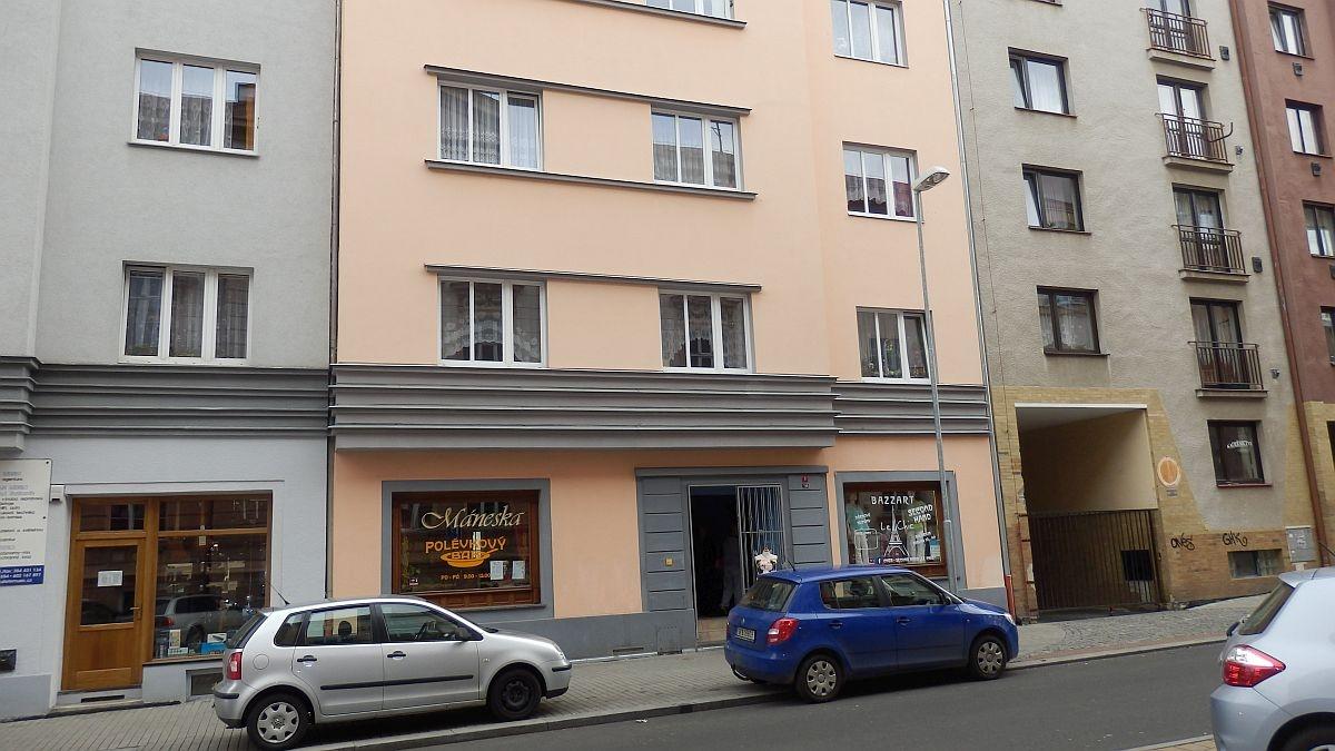 Pronájem prostorného, suterénního bytu2+kk vcentruChebu, Mánesověul.