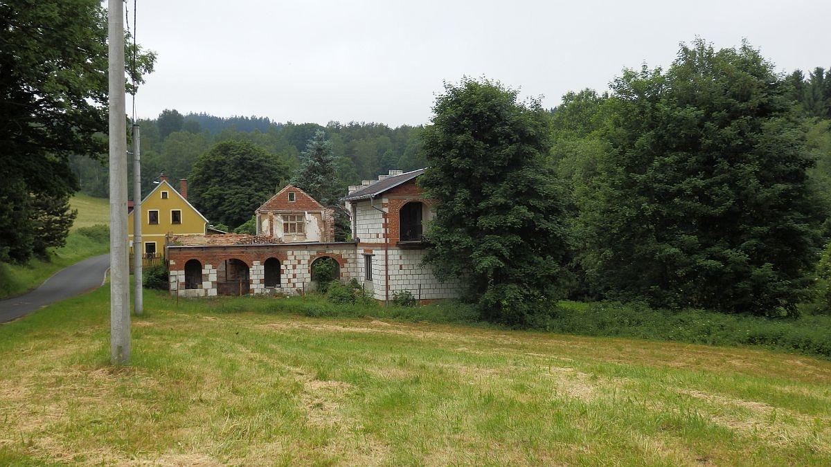 Stavební pozemek sčástečně využitelnou stavbou, ve Vernéřově uAše.