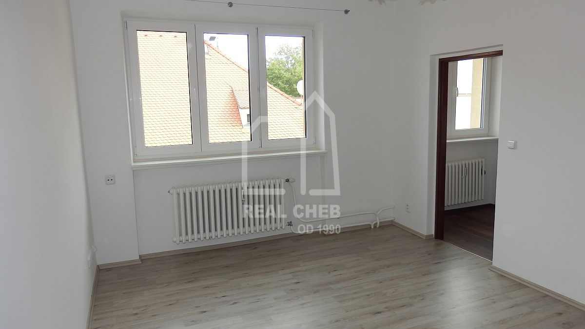 Pronájem nově opraveného bytu1+1vcentruChebu, Kasárnínám.  , Cheb, Kasární nám. 127/8