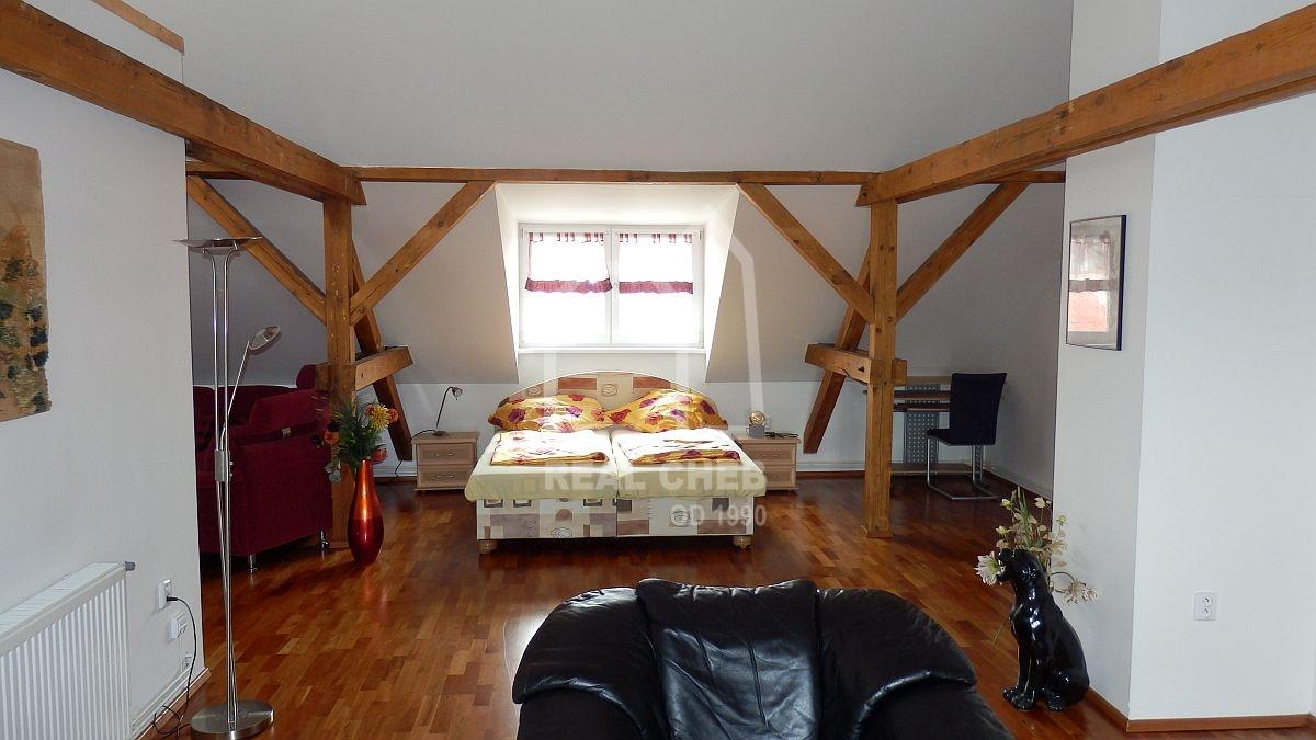 Pronájem velkometrážního, podkrovního bytu2+kk vcentruChebu, Mánesověul.  , Mánesova 989/5, Cheb