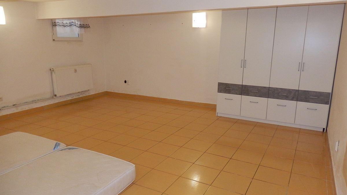 Pronájem prostorného, suterénního bytu2+kk vcentruChebu, Mánesověul.  , Mánesova 989/5, Cheb