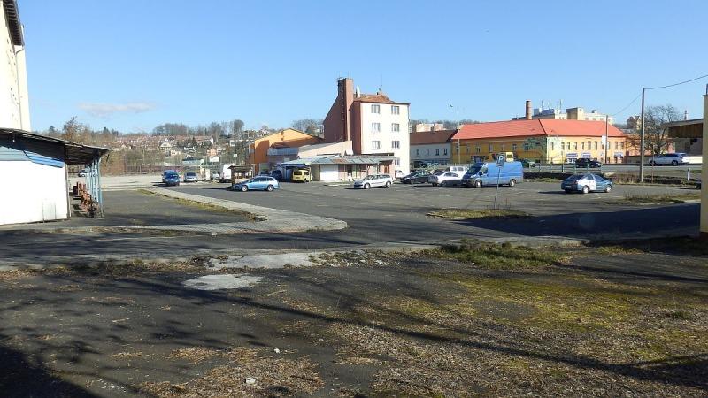 Komerční plochy a budovy vširším centru města Chebu.