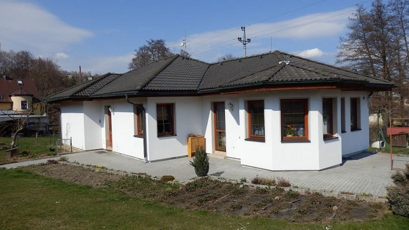 Prostorný rodinný dům sdvougaráží a velkou zahradou vPlesné uChebu.