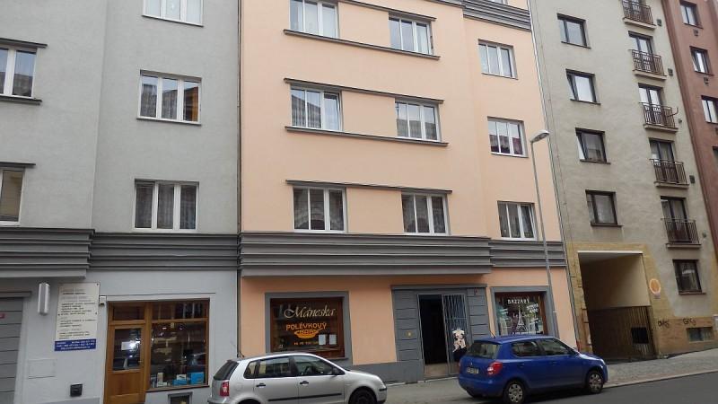 Dlouhodobý pronájem pěkného suteréního bytu1+kk vcentruChebu, Mánesověul.