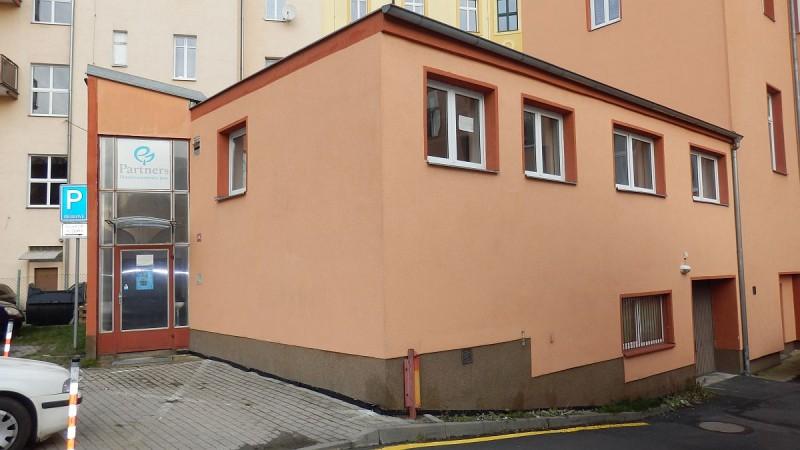 Dlouhodobý pronájem prostorného bytu3+kk vcentruChebu, ul. Svobody.